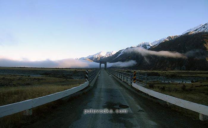 Новая Зеландия. Остров Южный. Мостик в горной долине.