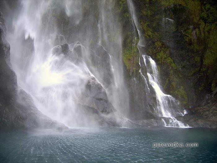 Новая Зеландия. Остров Южный. Фиорд Милфорд. Вид я яхты на водопад.