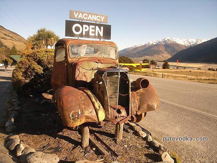 Новая Зеландия. Остров Южный. Придорожная реклама горной ночлежки.