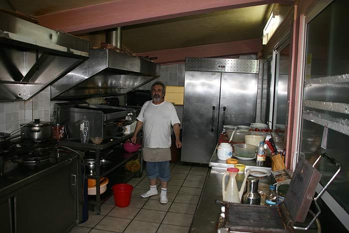 Греция, о-в Закинтос. Сократес— шеф-повар прибрежного ресторанчика на своей кухне.