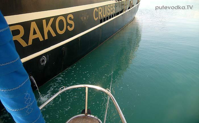 Порт Закинтос (Zakynthos). Яхта ПЕПЕЛАЦ. На нашу цепь наехал греческий корабль.