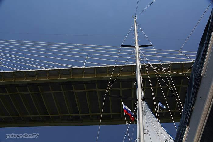 Яхта ПЕПЕЛАЦ проходит под мостом.
