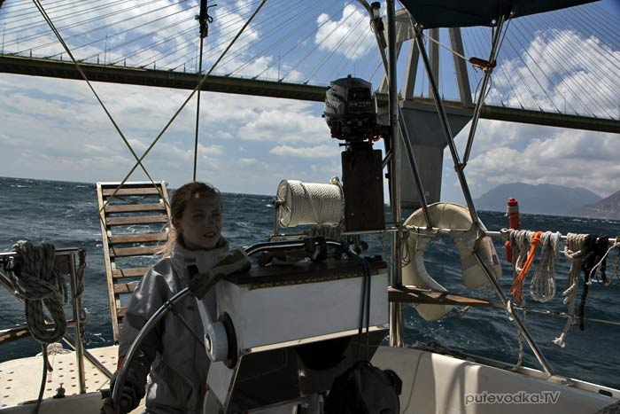 Маша ПУТЕВОДКА прошла мост при ветре в порывах до 38 узлов, опущенном гроте и зарифленном до носового платка стакселе.