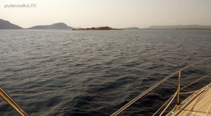 Греция. Ионическое море. Пелопоннес. Наваринская бухта. Яхта ПЕПЕЛАЦ минует остров Черепашка.