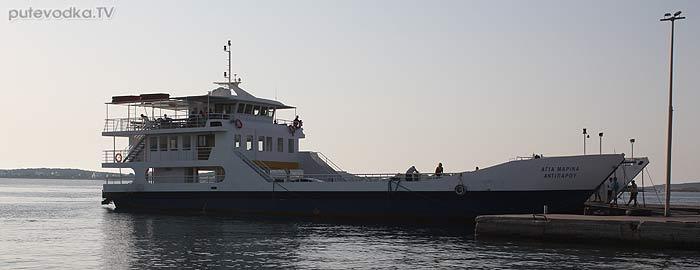 Греция. Эгейское море. Киклады. Остров Парос. Паром, регулярно курсирующий между Паросом и Антипаросом.
