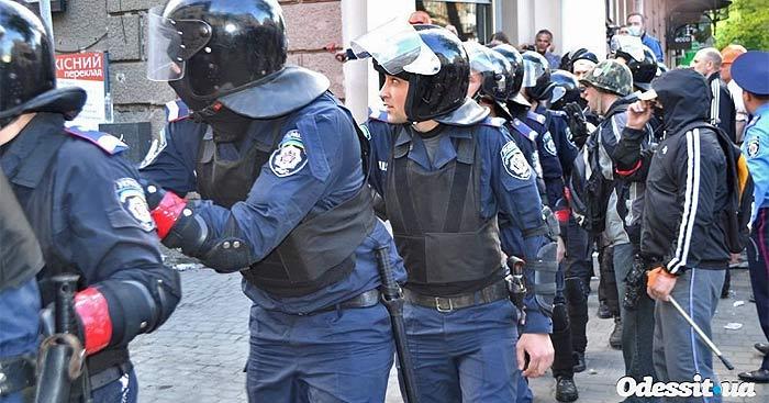 Одесса. Массовое убийство 2 мая 2014 года. Провокаторы в милицейской форме с красными повязками на рукаве.