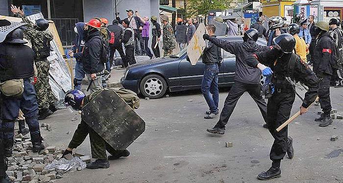 Одесса. Массовое убийство 2 мая 2014 года. Организованные отряды ублюдков с красными повязками начинают бойню.