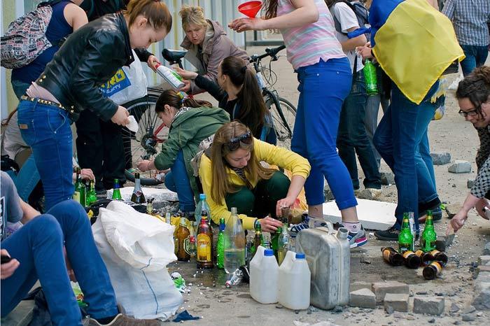 Одесса. Массовое убийство 2 мая 2014 года. Отмороженные свидомые девки готовят коктейли молотова. Сэлфи эти клинические дуры разместили в сети самостоятельно.