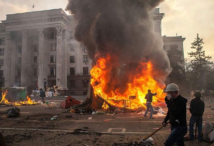 Одесса. Массовое убийство 2 мая 2014 года. Перед Домом Профсоюзов горят палатки Антимайдана.