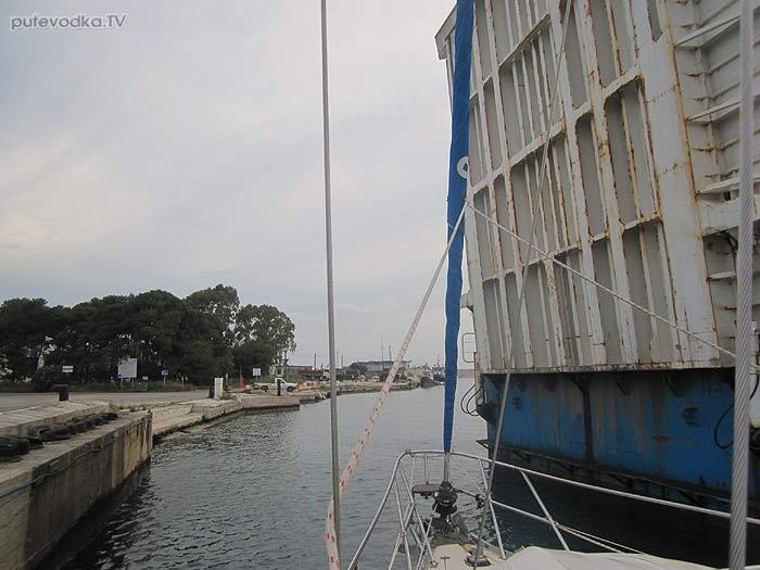 Греция. Яхта «Пепелац». Остров Лефкас. Проход разводного моста на севере канала.