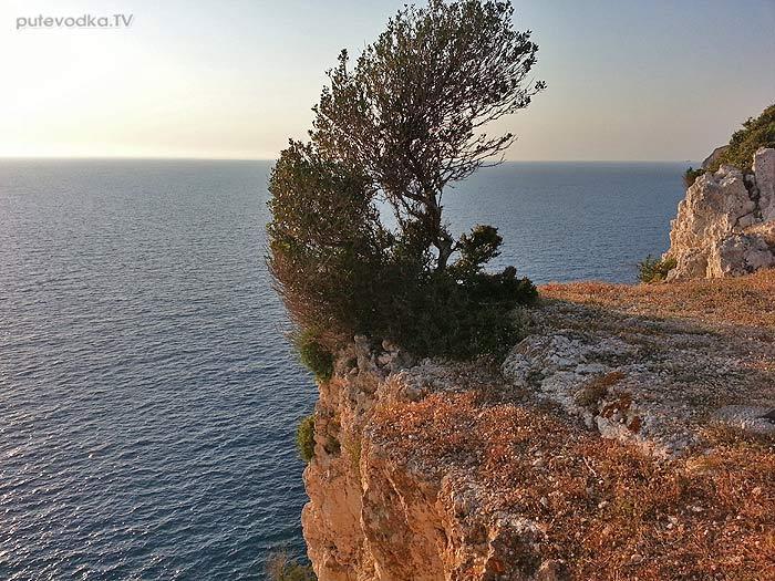 Яхта Пепелац. Греция. О.Лефкас. Маяк Дукато на юге острова.