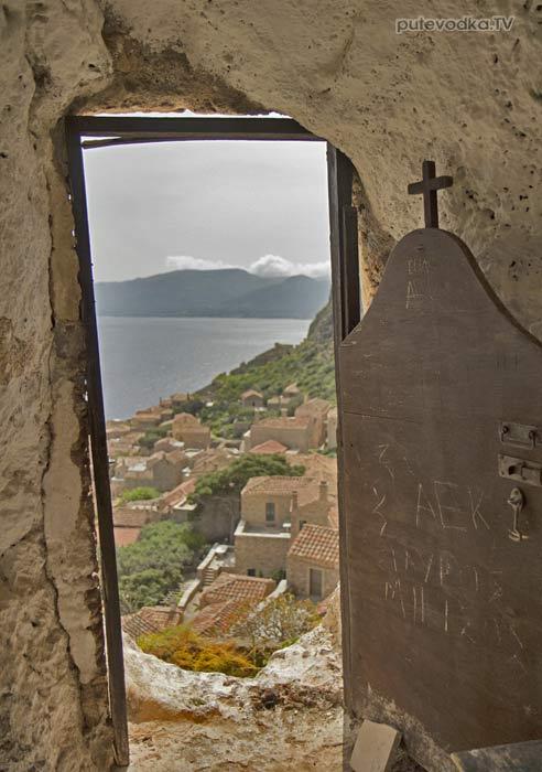 Греция. Пелопоннес. Монемвасия. Третий ярус нижнего города. Церквушка-келья в скале.