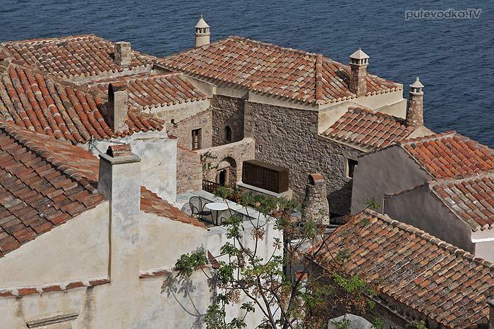 Греция. Пелопоннес. Монемвасия. Нижний город. Современное жилище в средневековых стенах.