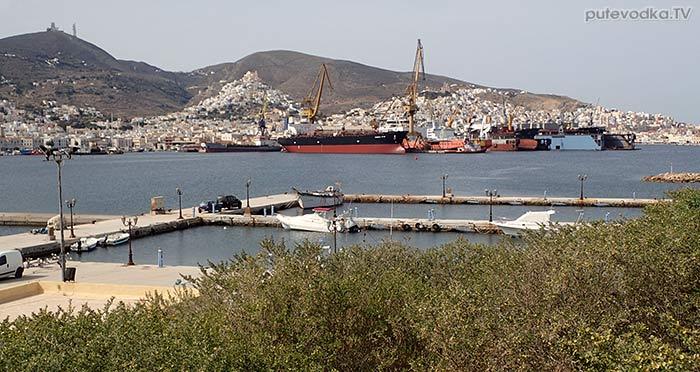 Остров Сирос. Эрмуполис. Вид с южного берега гавани.